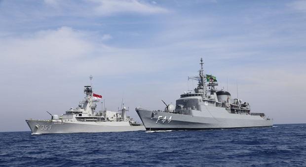 Satgas MTF TNI Latihan Mail Bag Transfer di Laut Mediterania
