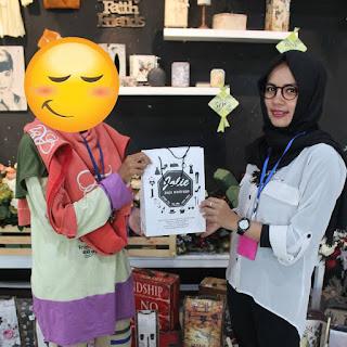 serah terima hadiah dan merchandise dari Jolie Jogja Wirobrajan