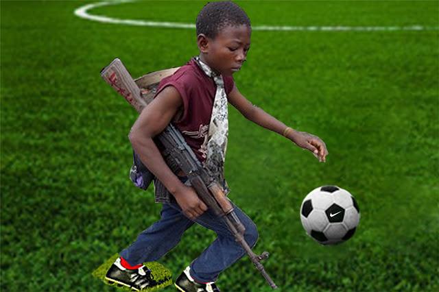 Kris Kind 2012, Kindersoldat spielt Fußball, 120 x 80cm