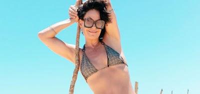 Aos 51 anos, Carolina Ferraz arranca elogios em fotos arrasadoras de biquíni