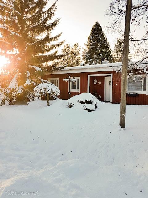 talvi piha lunta talo punavalkoinen pakkasta aurinko talvinen koti lumipeite,