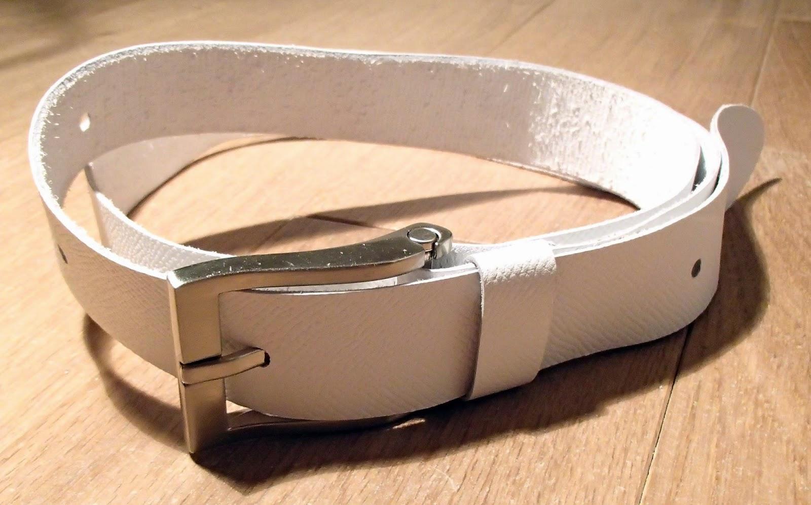Vue globale de la ceinture en cuir blanc