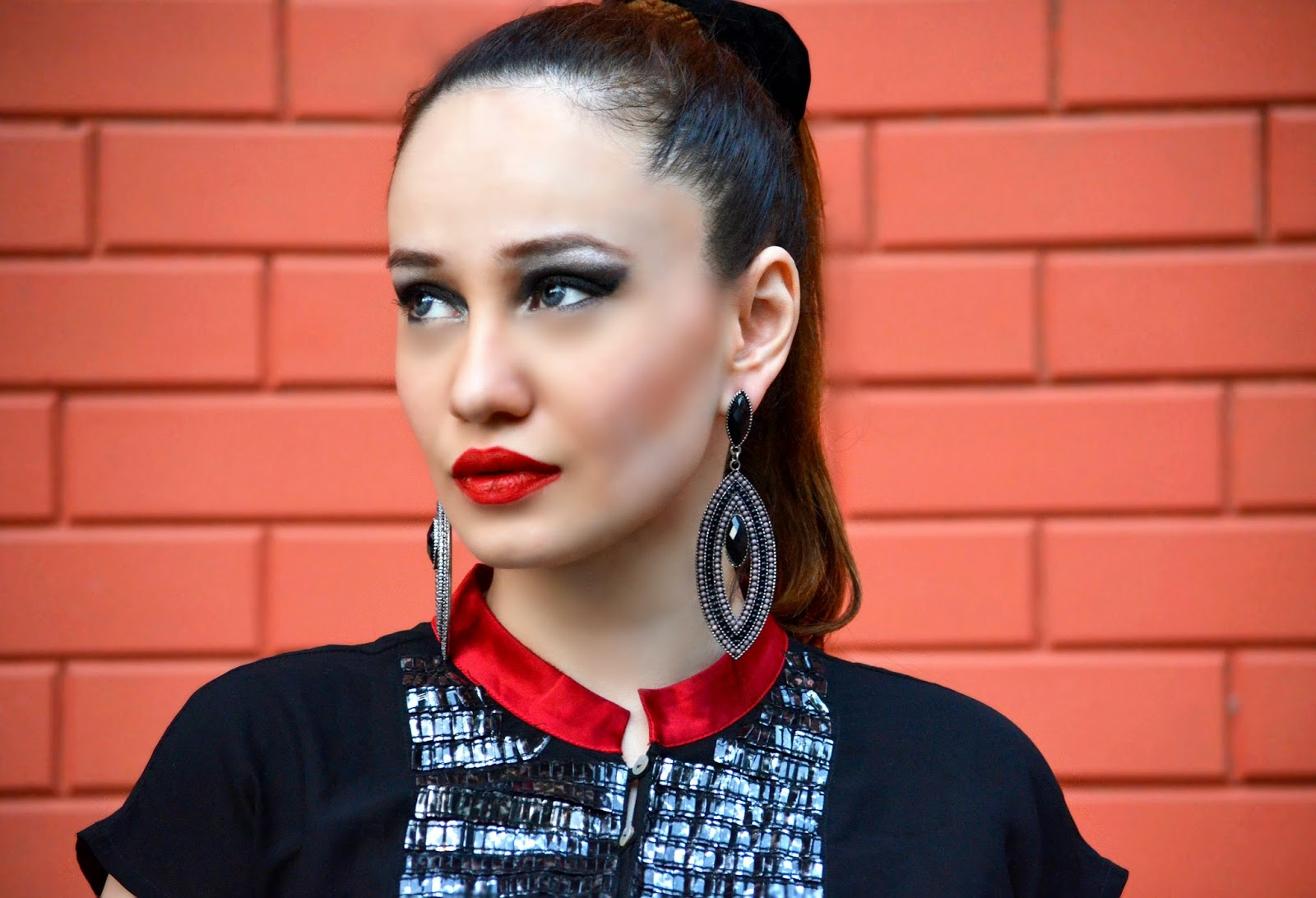 MAC Russian Red, Black Earrings