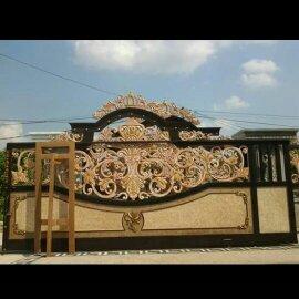 Motif Pintu Gerbang Tempa Klasik kokoh rumah mewah dengan desain ornamen besi tempa khusus