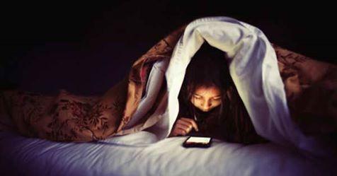 الصحة تحذر من خطورة وضع جهاز المحمول بجوارك أثناء النوم
