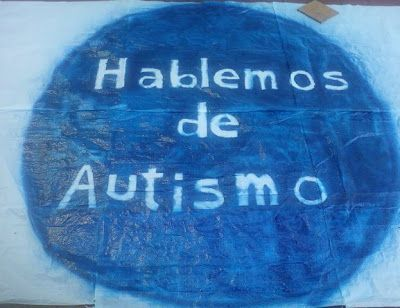 Campaña. Hablemos de autismo. Círculo azul con frase dentro