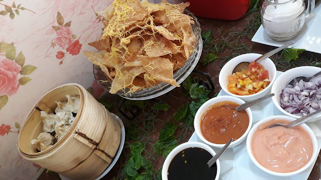 Siomai / gyoza, nachos with dips. The nachos are not too greasy and remain crisp for a long time.