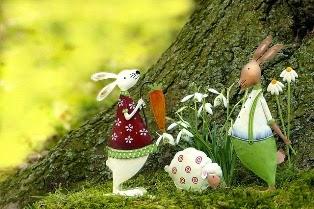 conigli innamorati con uovo di pasqua al centro
