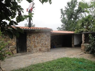 Casa de pedra e telheiro