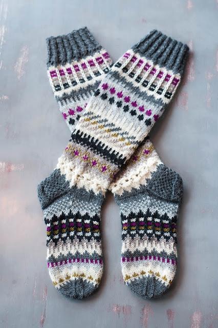 knähöga mönsterstickade sockor
