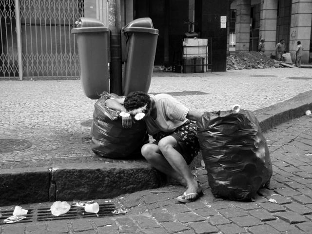 Saiba como uma bolsa velha pode ajudar mulheres de rua