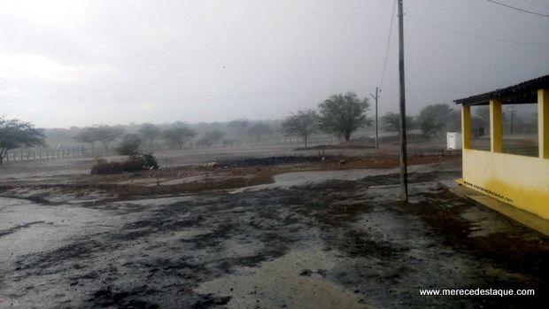 Vila do Algodão registra chuva na tarde deste domingo (29)