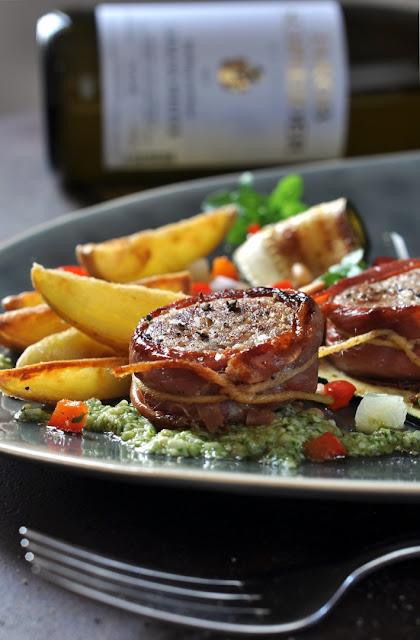 Schweinefilet-Medaillons mit Pesto, Zucchini-Paprika-Gemüse und Kartoffelschiffchen plus Riesling