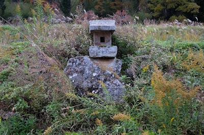 生坂村の古民家カフェ・ひとつ石 石祠と大きな石