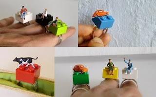Diseño de anillo muy creativo e inusual con miniaturas