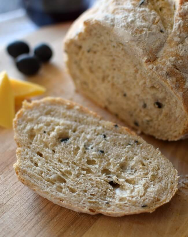 Pan casero de aceitunas y romero. Un pan de aspecto rústico, de miga densa y corteza dura: hecho con aceitunas negras y romero que le dan un sabor inigualable