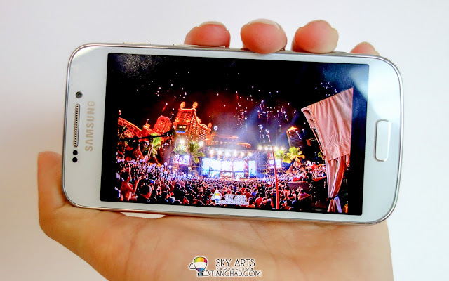 Samsung GALAXY S4 Zoom with qHD sAMOLED Display 540 x 960 resolution