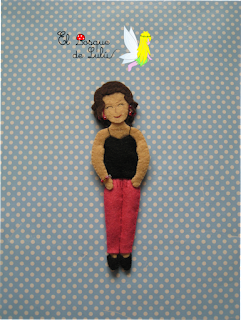 broche-personalizado-fieltro-regalo-original-muñeca-felt-feltro-doll-elbosquedelulu-hechoamanoparati