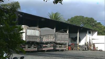 Não houve feridos. Quatro caminhões foram danificados pelas chamas.