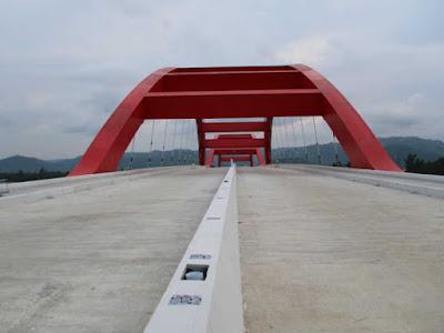 Lukas Enembe Minta Warga Jangan Corat-Coret Jembatan Holtekamp