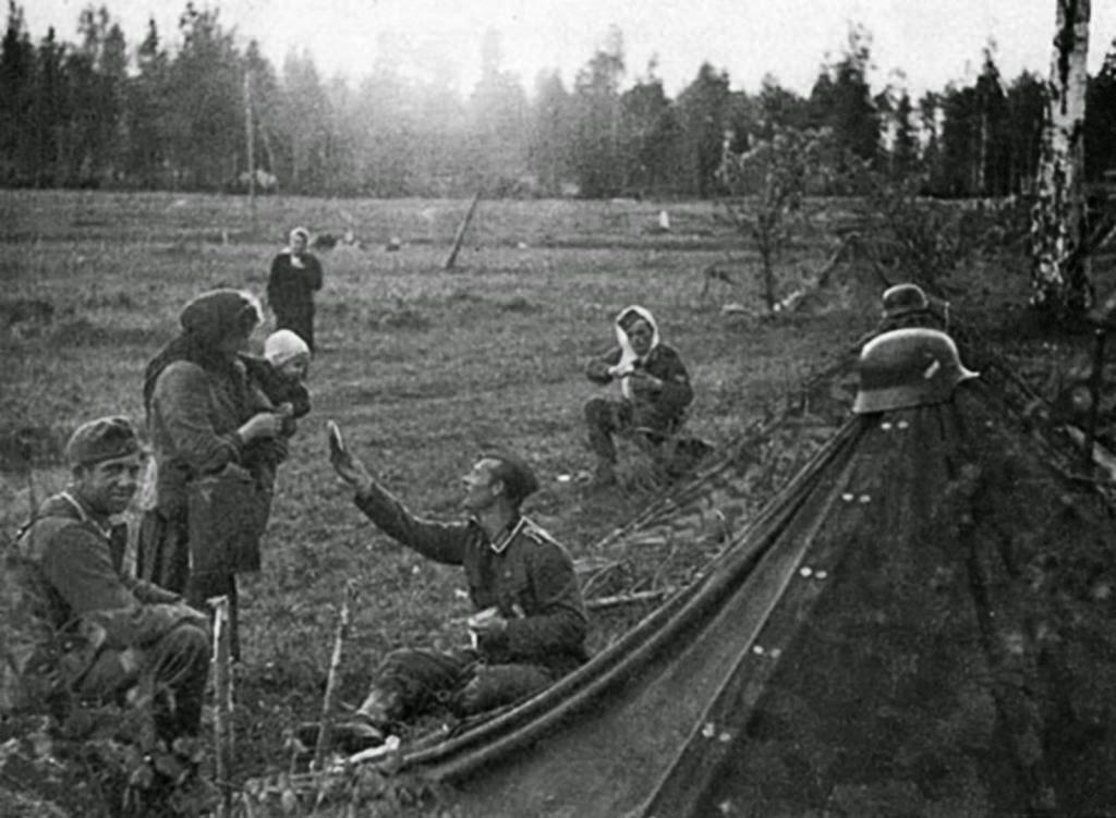 Un soldado alemán comparte sus raciones con una madre rusa de 1941