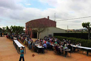 Esguard de Dona - Aplec de la Mare de Déu dels Arquests 2017 - Escena de les taules on es va celebrar el dinar popular