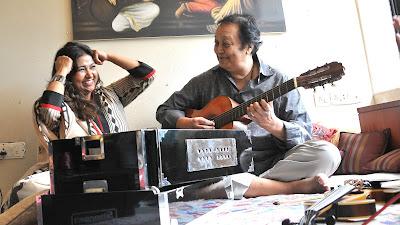 भूपिंदर सिंह और मिताली सिंह प्रोग्राम 'रंग-ए-ग़ज़ल' के लिए रिहर्सल करते हुए।