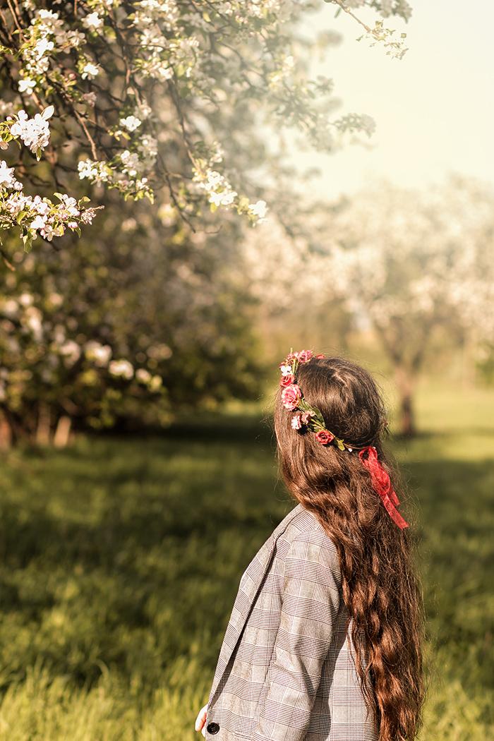 bloom, wiosna, spring, kwitnące jabłonie, kraciasty garnitur, krata, bershka, gucci, t-shirt, wianek, sajbazar