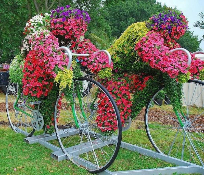 Bicicletas viejas para decorar jardines terrazas y - Ideas originales para jardines ...
