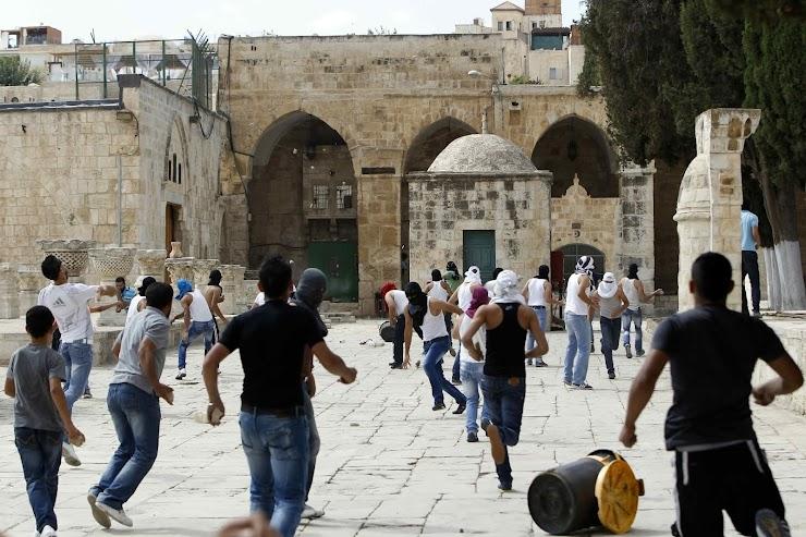 Warga Palestina bentrok dengan polisi Israel di luar kompleks Masjid Al Aqsa