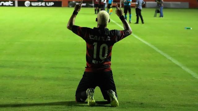 Com hat-trick de Neilton, Vitória vence o Bragantino e avança na Copa do Brasil