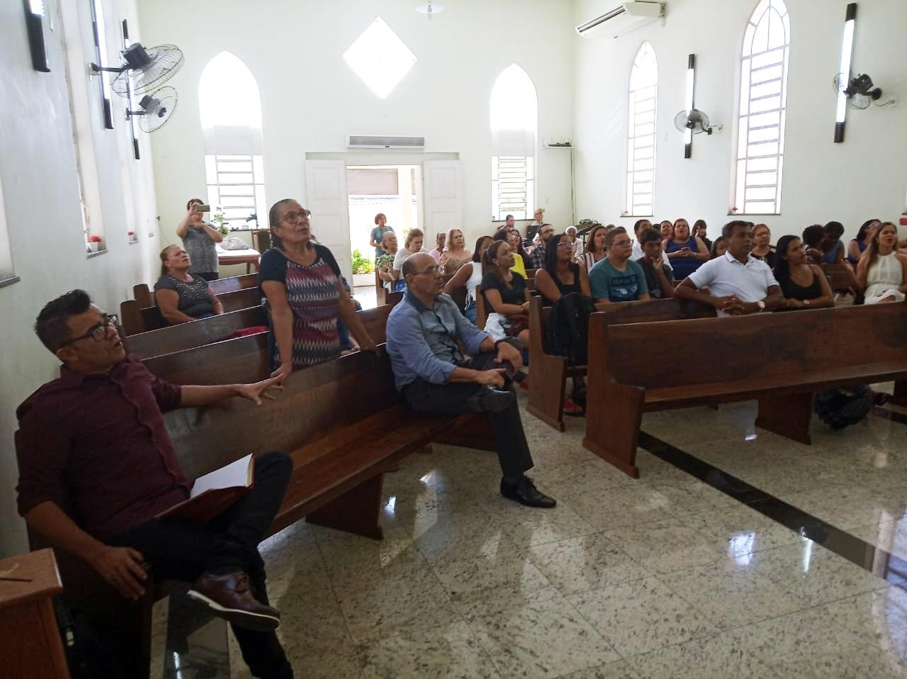 Inicio do culto com imagem dos bancos sendo ocupados na igreja