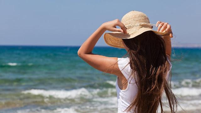 mujer con sombrero playa