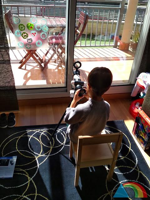 Niño mirando por un telescopio