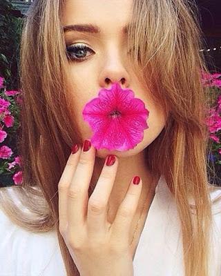 selfie tumblr con flor en la boca