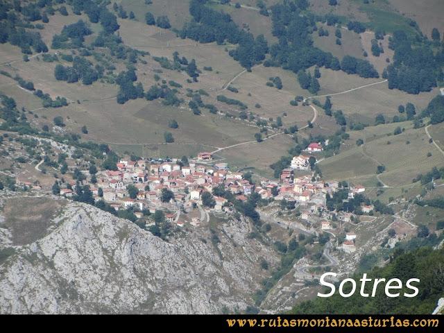 Ruta Peña Castil y Cueva del Hielo: Vista de Sotres