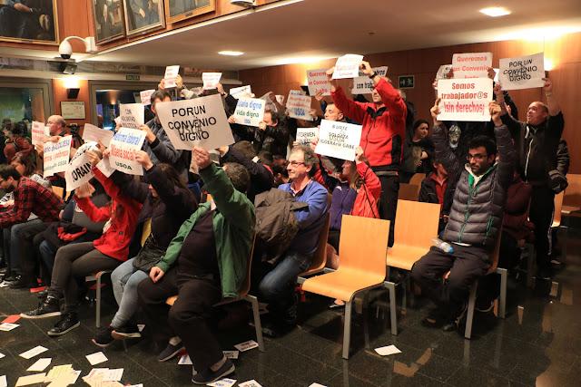 Protesta de trabajadores municipales en el pleno
