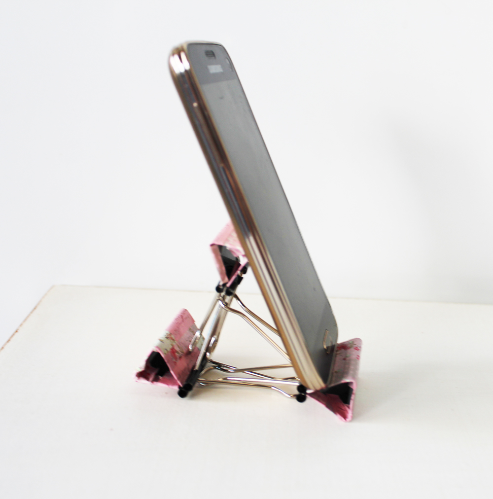DIY Smart Phone Stand With Binders