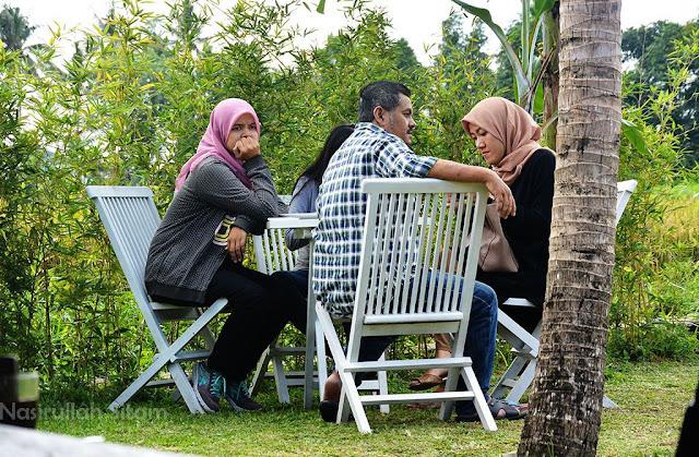 Suasana di pekarangan Kopi Klotok Pakem