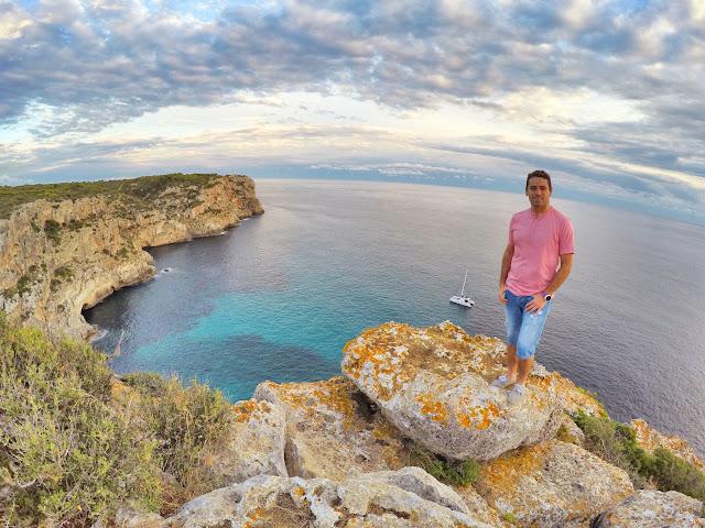 Cap de Ses Penyes separa la Cala Llucalari de la Playa Son Bou