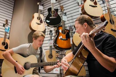 Cách chọn đàn guitar acoustic giá rẻ với chất lượng tốt nhất