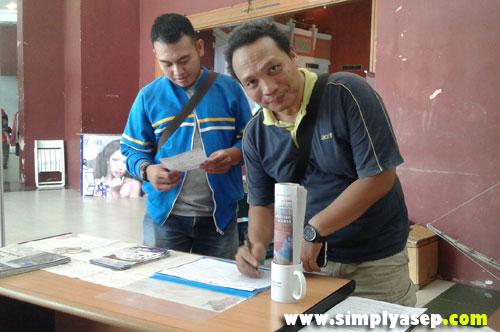 ENTREPENEUR: Mas Eddy Setyawan juga menyempatkan diri mengunjungi stand Tribun Family Card Premium juga loh. Beliau masternya Adsense, pengusaha start up ,  dan sering diundang menjadi pembicara di berbagai topi tentang business. Photo Asep Haryono