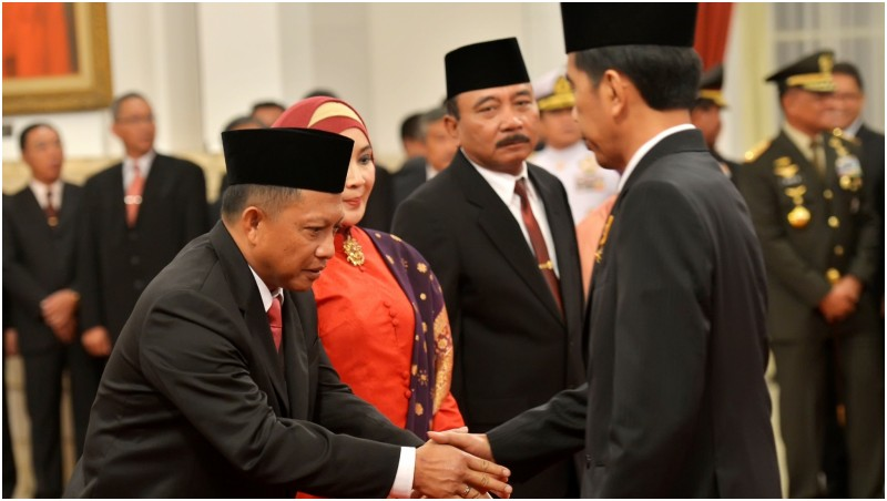 Jokowi saat melantik Tito Karnavian menjadi Kepala BNPT