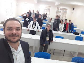 Foto durante a apresentação sobre o que é Marketing Digital no colégio Marista de Londrina