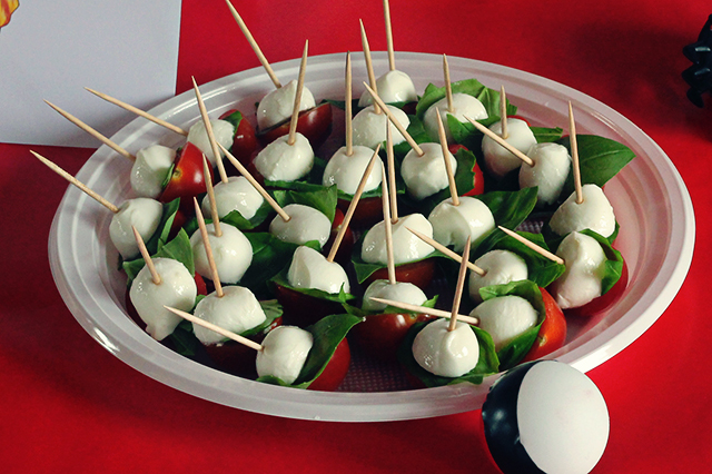 Pokeball hapjes tomaat basilicum mozzarella