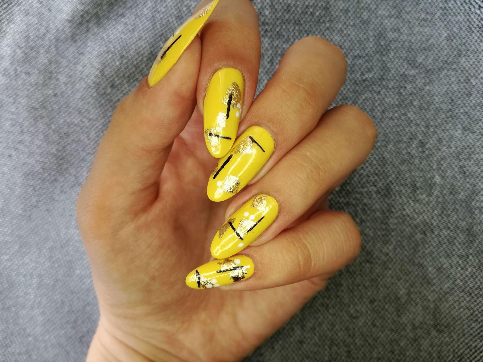 żółte paznokcie w kreski i kropki