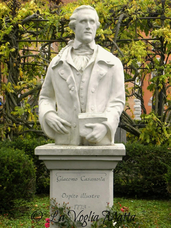Castello di Spessa giardino busto di Giacomo Casanova