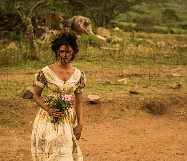 Velho Chico novela, figurino, Leonor (Marina Nery) vestido de roceira, vestido branco com flores