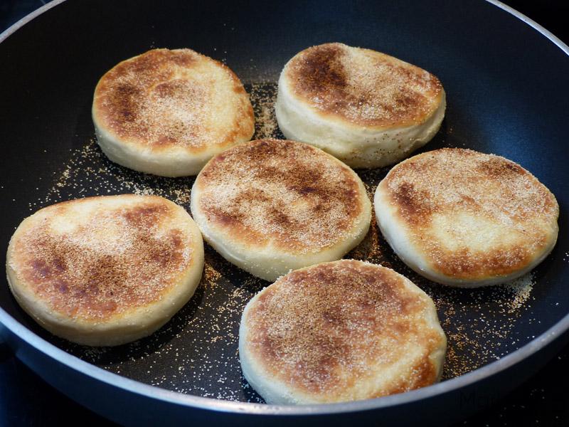 Chauffez les muffins dans une poêle sans matière grasse.
