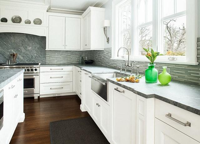 Whit Farmhouse Kitchen With Table Runners